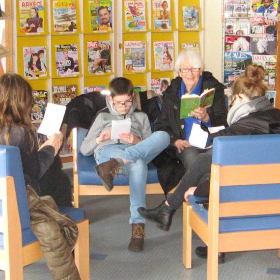 """Représentation des membres du """"Club Lecture"""" devant la classe ULIS"""